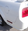 ford mustang 2009 white coupe gasoline 8 cylinders rear wheel drive 6 speed manual 77388
